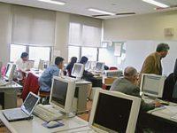 パソコンを前に真剣に受講するメンバー